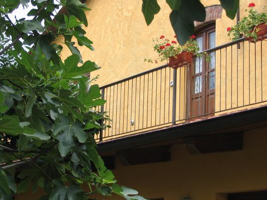 La cascina. Particolare del balcone. Clicca per la prossima.